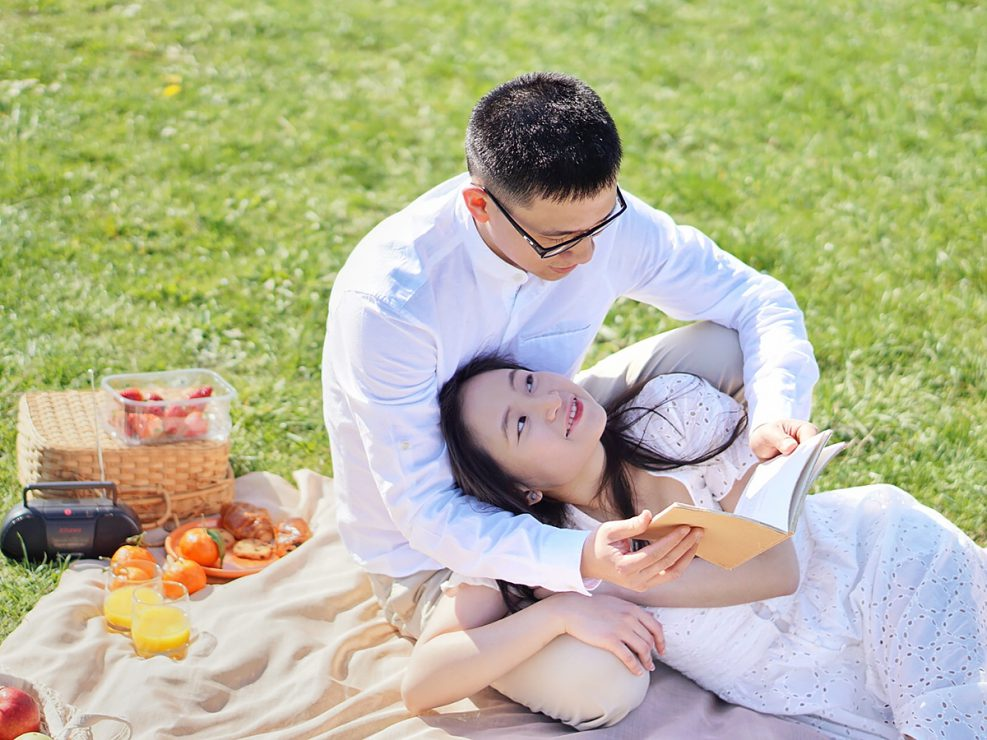 couple picnic and book
